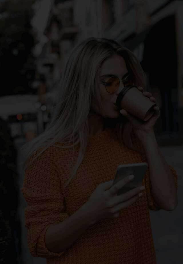 Imagen de fondo de una mujer sosteniendo un celular