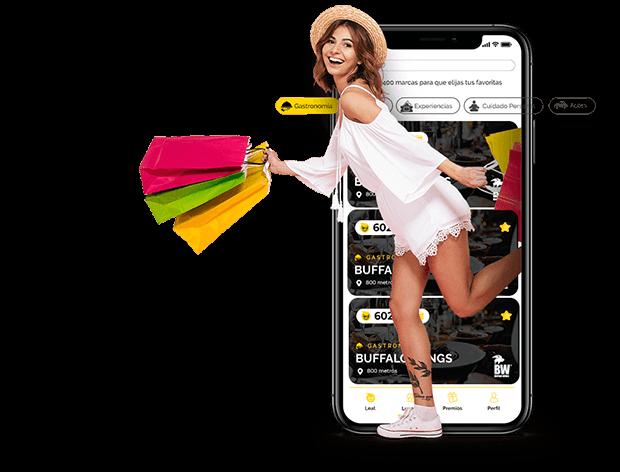 Mujer con bolsas de compra, junto con un celular que tiene abierta la aplicacion de leal