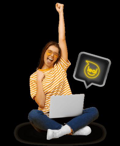 mujer sosteniendo computador con logo de leal