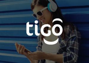imagen de referencia de una persona llamando como fondo, con el logo del comercio Tigo
